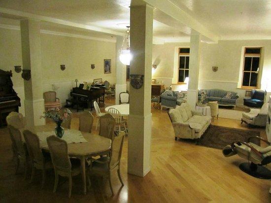 Torrey Schoolhouse B&B Inn: Drawing room/breakfast room