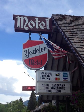 Yodeler Motel: Front entrance