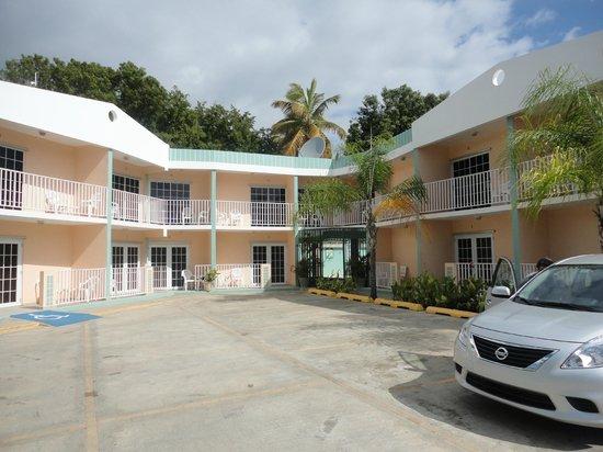 La Parguera Hotel, Nautilus: Parking Lot/Entrance