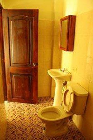 Albergue Turistico Dannita: Baños de habitacion triple