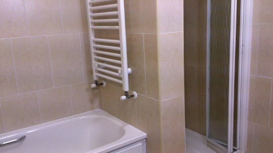 Park Hotel Kiltimagh: Bath & Shower in Bathroom