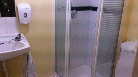 Barnacles Hostel Galway: Shower, Sink & Toilet in Bathroom