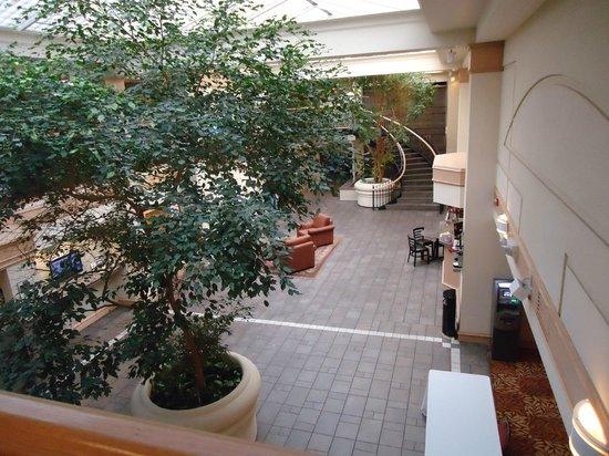 Four Points by Sheraton Bellingham Hotel & Conference Center: From the balcony looking down onto Reception Area