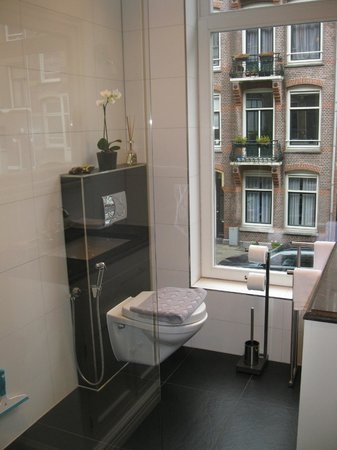 Le Quartier Sonang: The elegant bathroom
