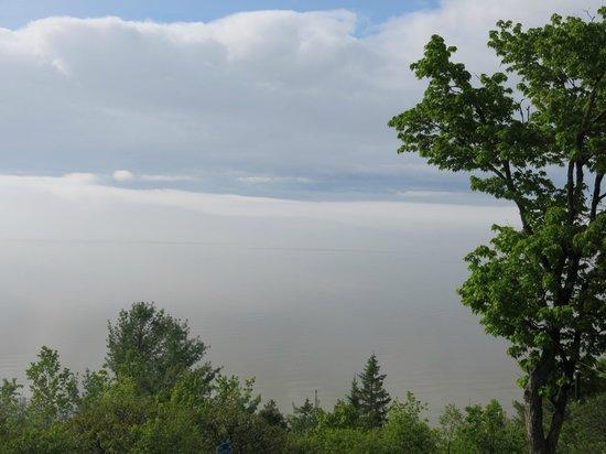 Gite Au Perchoir : Vue sur le St-Laurent (sous la brume) depuis la terrasse