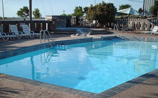 Quail's Nest Inn & Suites: Outdoor Pool
