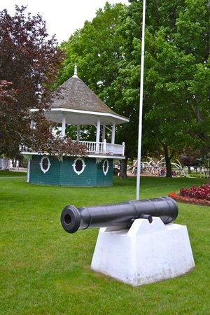 Couchiching Beach Park: Cannon and gazebo