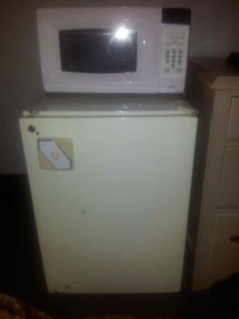 Ramada Timmins: Old fridge and microwave