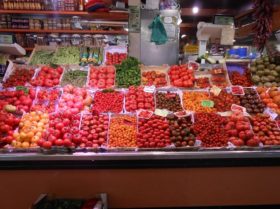 Barcelona Turisme Market and Culture in Vic Day Tour: Huge choice of tomatoes