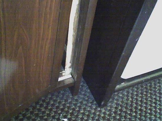 Comfort Suites San Clemente: Broken Furniture
