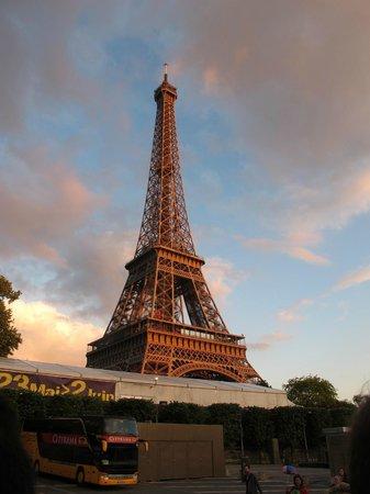 Mercure Paris Centre Eiffel Tower Hotel: Eiffel Tower nearby.