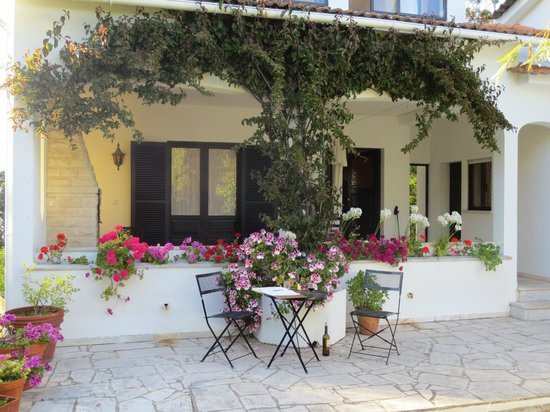 Quinta Colina Flora: Marigold Room outer and inner Patios