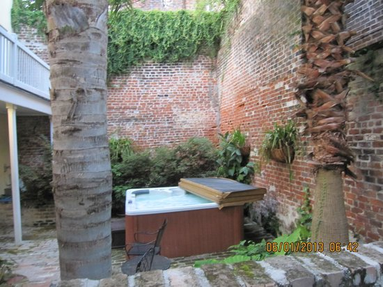 Dauphine Orleans Hotel: The hot tub in the courtyard of the Herman/Carriage House