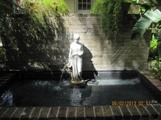 Dauphine Orleans Hotel : Fountain