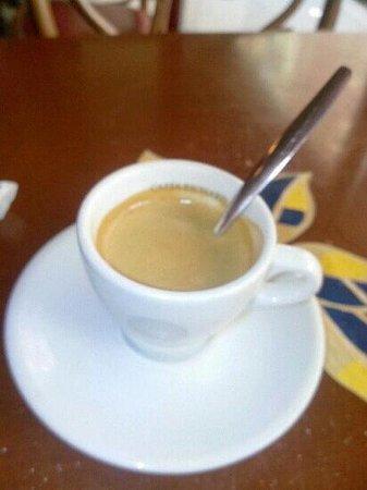 Le P'tit Canon : bon petit cafe matinal. serveuse joyeuse