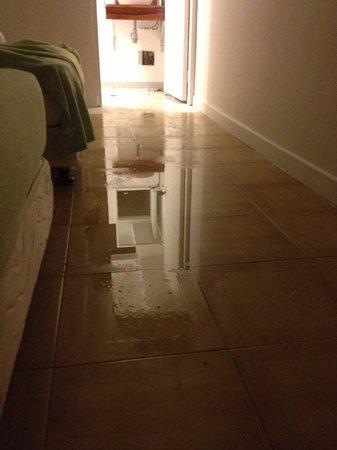 Hotel Blue Cove : Filtracion de agua en el hotel