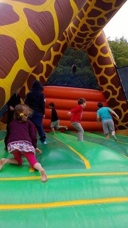 Yelloh! Village Le Couspeau : Jeux gonflables, girafe géante, les enfants s'en donnent à coeur joie