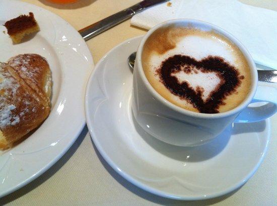 Grand Hotel Adriatico: cornetto e cappuccino