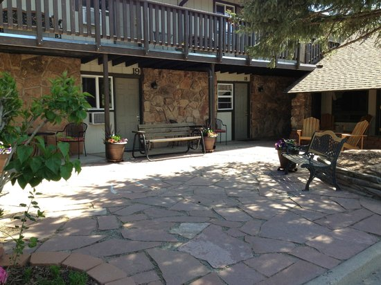 The Maxwell Inn: Courtyard/Patio from the front. Spent several hours reading here.