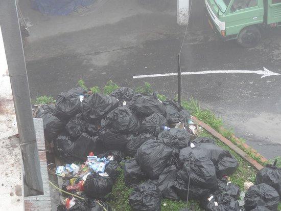 Tashigang Resort : garbage pileups