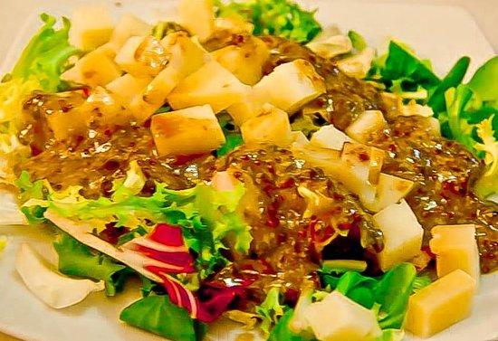 8 Arte Tapería-Restaurante: Ensalada de queso curado y aceitunas negras con vinagreta de miel y mostaza