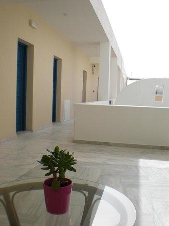 سانتيليني هوتل: Quiet chilling out area with seating and shade