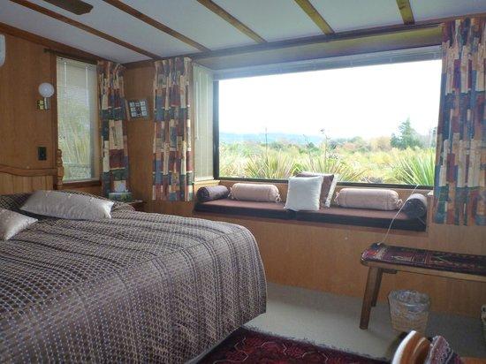At The Tongariro Riverside B&B: Bedroom and the Tongariro River