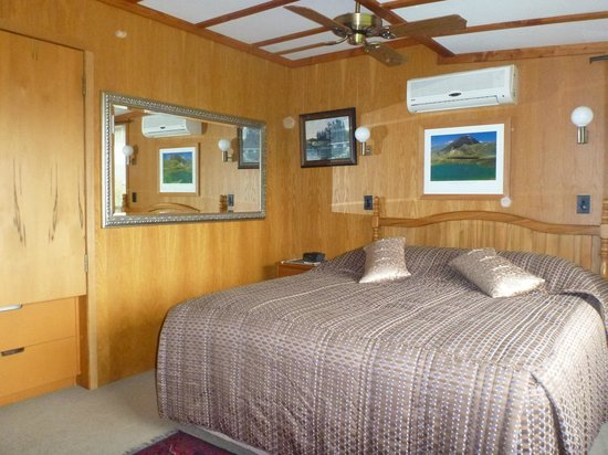 At The Tongariro Riverside B&B : The King size bed