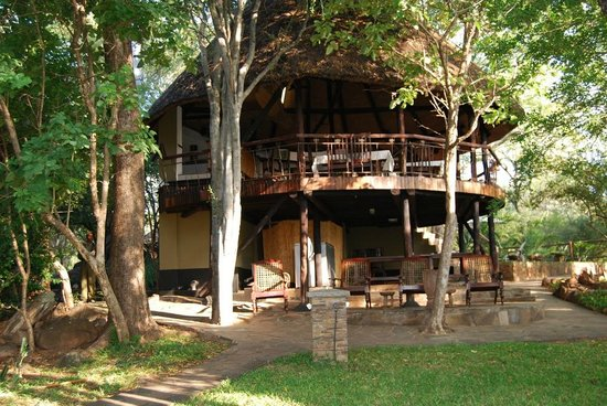 Chilo Gorge Safari Lodge: The Dining/Kitchen area of the self-catering Lodge