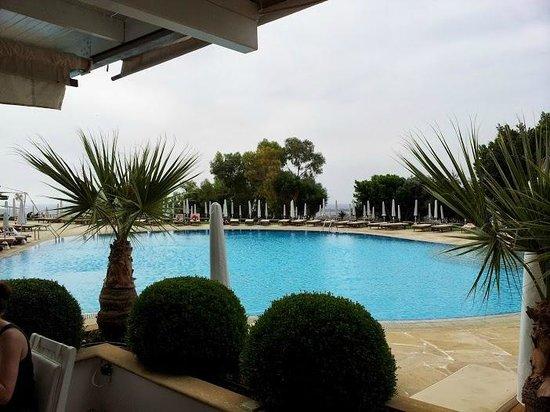 Grecian Park Hotel : piscina accanto alle colazioni