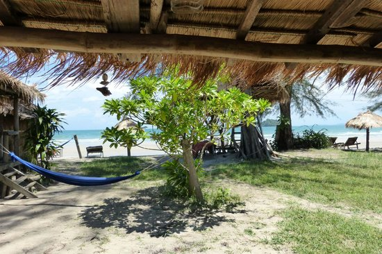 Castaways Beach Bar & Bungalows: view from our bungalow over the garden
