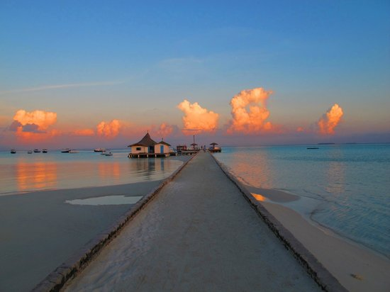 Mahaanaelhihuraa Island : El jetty de llegada al amanecer
