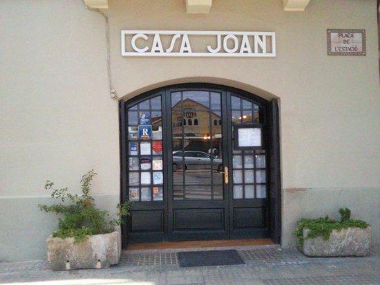 Casa Joan: La entrada del restaurante esta enfrente de la estación de Renfe