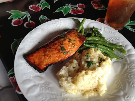 Lola & Guiseppe's Trattoria: Salmon, lemon risotto, and garlic green beans
