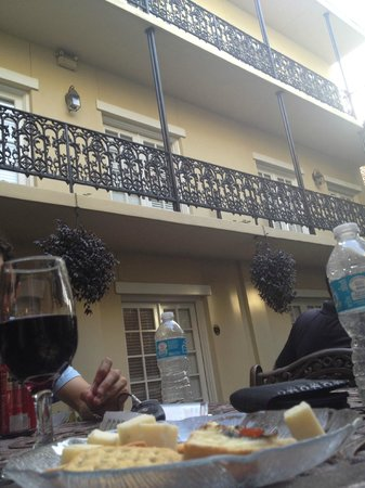 Eliza Thompson House Savannah: free wine and cheese :)
