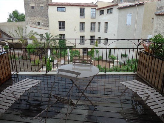 La Distillerie de Pezenas: The terrace - wet, but large