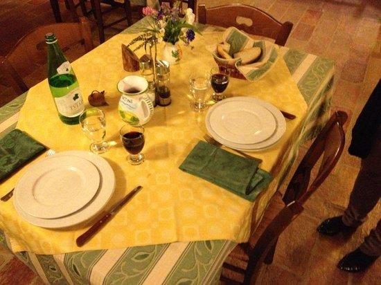 Agriturismo Casale dei Frontini: Tavola pronta per la cena