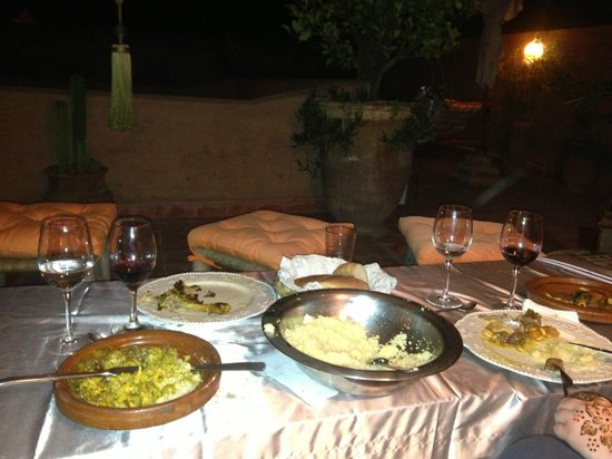 Riad des Drôles : repas à la terrasse du riad...