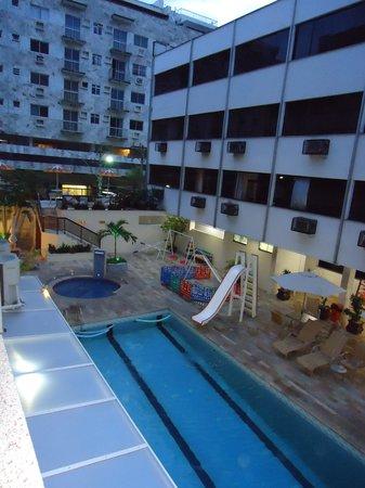 Malibu Palace Hotel: área da piscina, vista pela janela do meu quarto