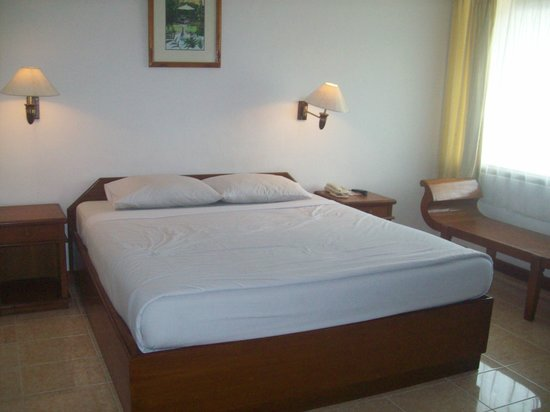 Dewi Sri Hotel: The bed