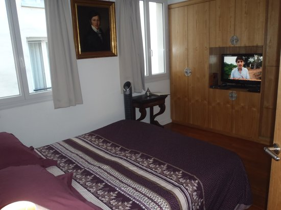 Paris-Oasis: Bedroom with cable TV.