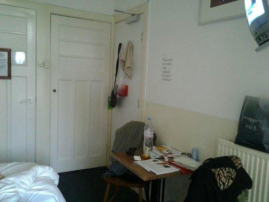 Hotel Abba: stanza con armadio a muro e porta uscita