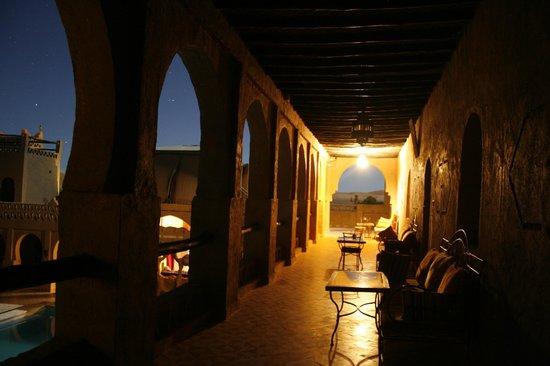 Nasser Palace Hotel & Bivouacs: Pasilllo desde la habitación