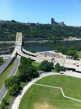 Wyndham Grand Pittsburgh Downtown: View of bridge and hills from 24th floor