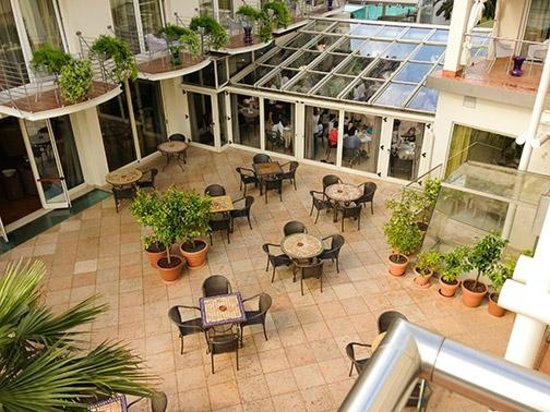 Color Hotel : The indoor/outdoor dining area