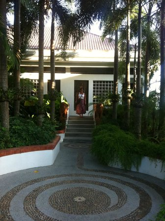 Mom Tri's Villa Royale: the path to our room