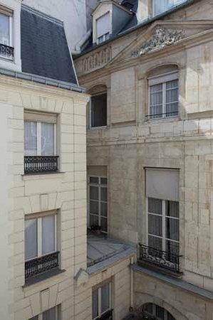 Hotel des Saints-Peres: The inner courtyard/ La cour intérieure
