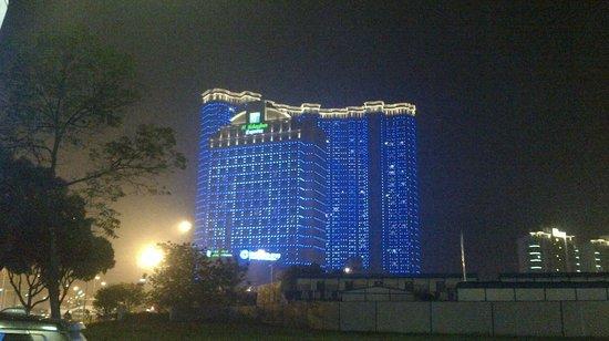 Holiday Inn Express Suzhou Changjiang : Vue extérieure de l'hôtel multicolore