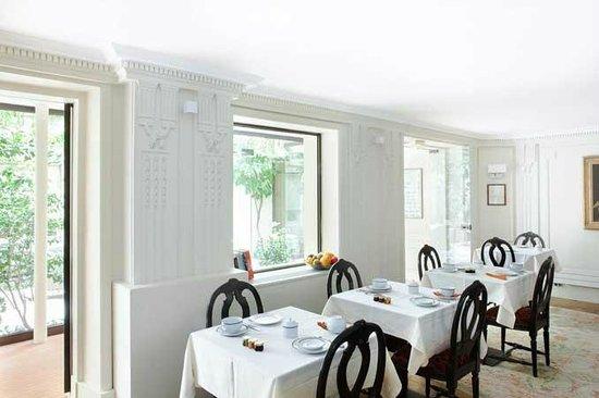 Hotel des Saints-Peres: The brakfast room / La salle de petits déjeuners