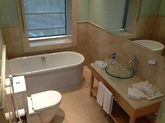 Le Royal Tower Hotel: Bathroom